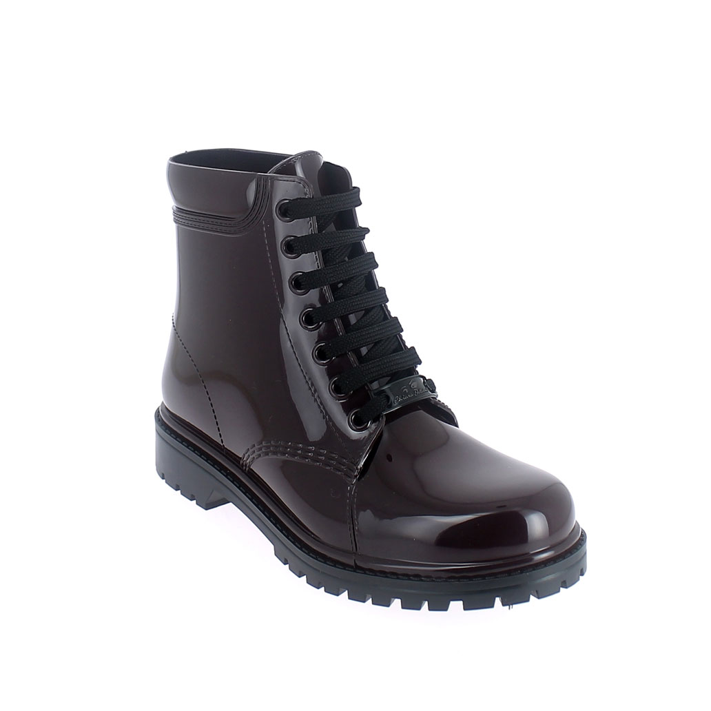 Short laced up boot in solid colour pvc
