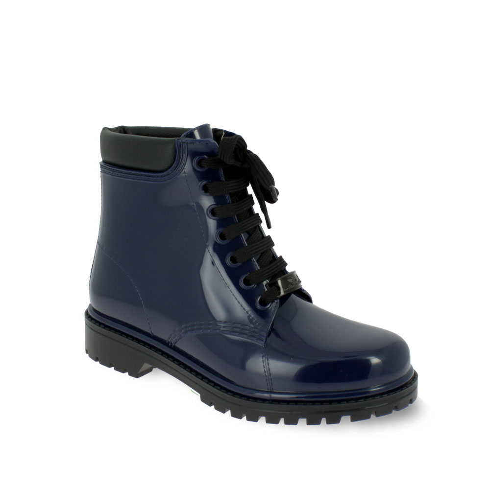 Short laced up boot with padded trimming