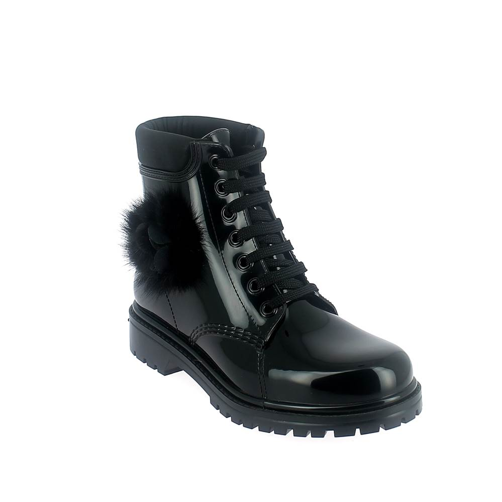 SHORT LACED UP WALKING BOOT IN PVC WITH PON-PON FLOWER. BLACK
